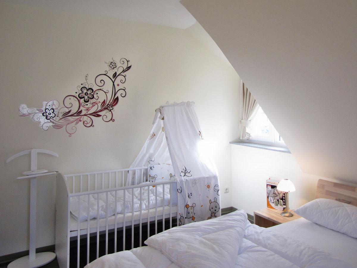 Babybett In Einem Schlafzimmer Im Dachgeschoss .